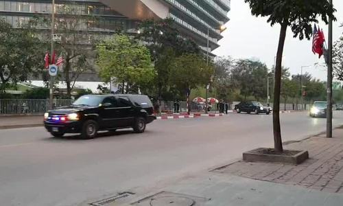 Đoàn xe tổng thống Mỹ rời khách sạn Melia tối 27/2