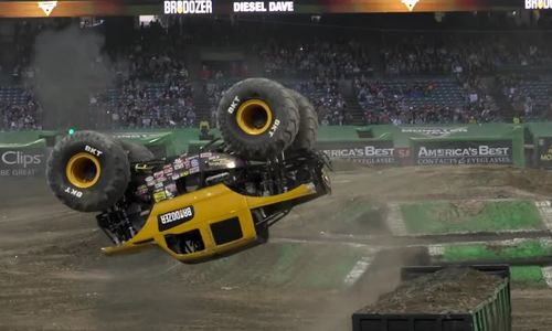 Monster Truck nhảy lộn hai vòng