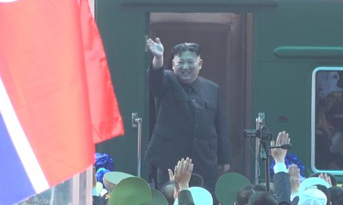 Ông Kim Jong-un vẫy tay tạm biệt