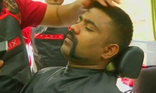 Đàn ông Ấn Độ đua nhau tỉa râu theo phong cách 'phi công anh hùng'