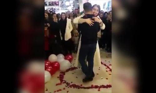 Cặp đôi Iran vướng lao lý vì cầu hôn nơi đông người
