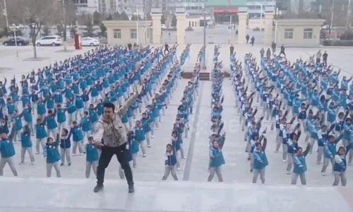 400 học sinh Trung Quốc nhảy đều tăm tắp theo thầy giáo