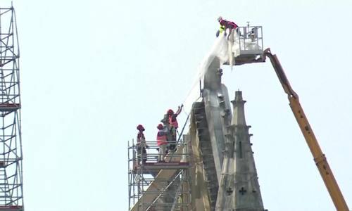 Công nhân Pháp gia cố phần bị tàn phá trong vụ cháy Nhà thờ Đức Bà Paris