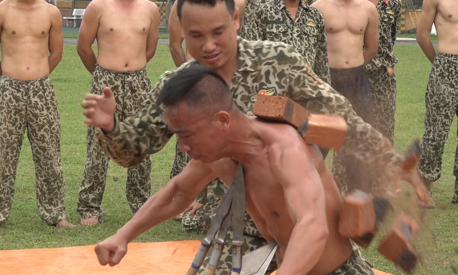 Bộ đội đặc công luyện võ, tập khí công (đợi bài chị Thùy)