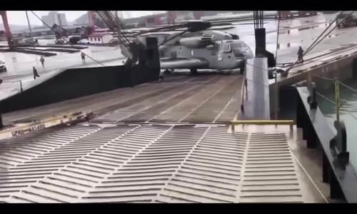 Trực thăng quân sự Mỹ đứt xích, trôi tự do khỏi tàu vận tải - ảnh 1