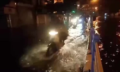 Rain in the middle of the night flooded many streets in Hanoi