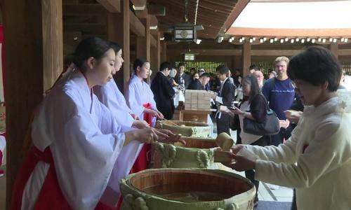 1  Người Nhật kết hôn, đua ngựa, uống sake mừng triều đại mới