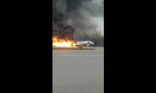 Giây phút hành khách tháo chạy khỏi máy bay Nga bốc cháy