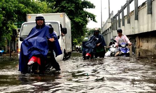 Đường Sài Gòn lại ngập sâu sau mưa lớn