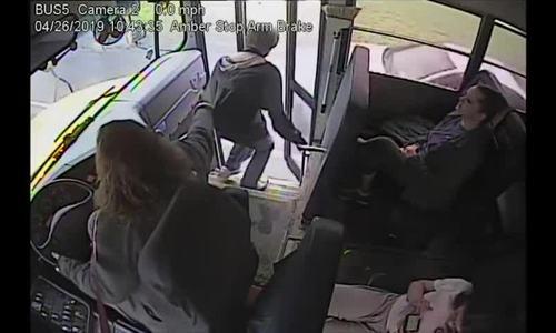 Nữ tài xế xe buýt túm áo cứu thiếu niên thoát chết