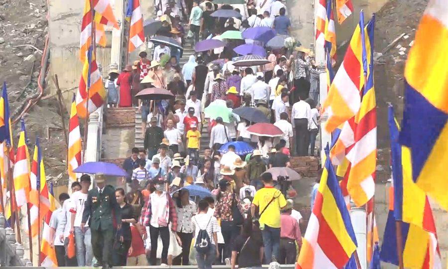 Hàng vạn người đổ về chùa Tam Chúc dự đại lễ Phật đản