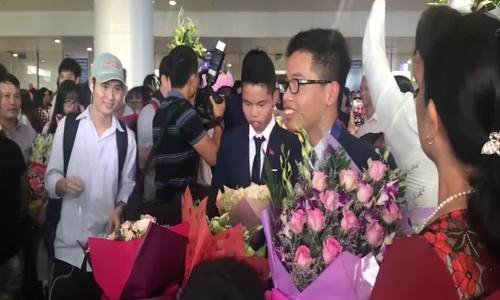 Gia đình và bạn bè đón anh em song sinh Huy - Hoàng trở về