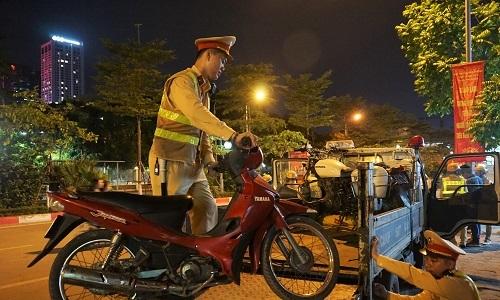 Cảnh sát kiểm tra nồng độ cồn khách đi ra từ quán nhậu