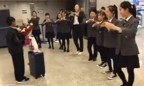 Cậu bé bán rong nói hơn 10 ngoại ngữ ở Campuchia du học Trung Quốc
