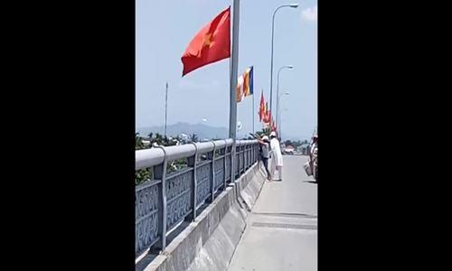 Người dân vô tư đứng trên cầu rải vàng mã xuống sông Hương