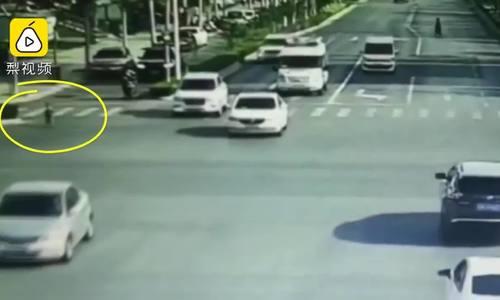 Bác sĩ đuổi theo đứa trẻ 2 tuổi lao vào đường cao tốc