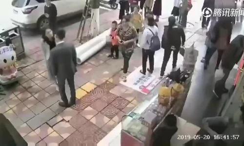 Chàng trai Trung Quốc bị bạn gái tát vì không tặng điện thoại