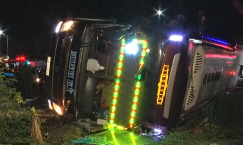 Lật xe khách tại Đồng Nai khiến 2 người chết, 17 người bị thương