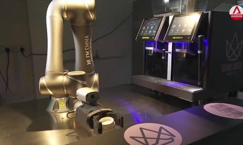 Cánh tay robot pha 200 cốc cà phê/giờ