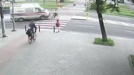 Xe cấp cứu đâm trúng bé gái đi xe đạp