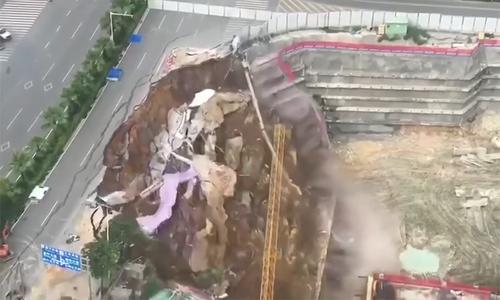 Đoạn đường đổ sập xuống hố móng của công trường ở Trung Quốc
