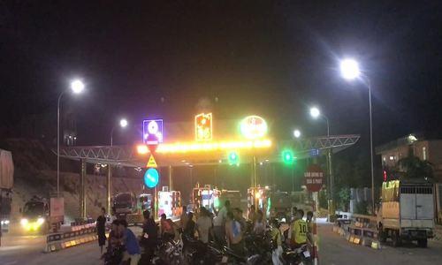 Người dân trắng đêm phản đối thu phí ở BOT Hoà Lạc
