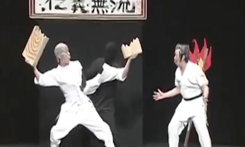 'Té ghế' với màn nội công xẻ đôi người của diễn viên hài Nhật