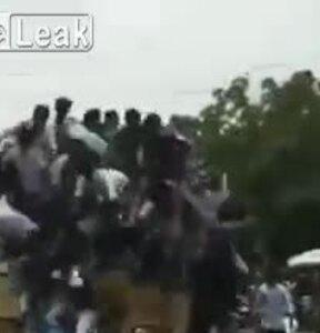 Hàng chục người rơi khỏi nóc xe buýt