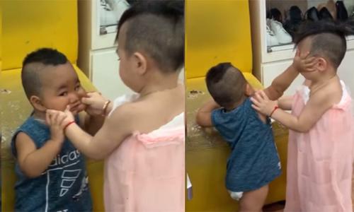 Cậu bé bị em tát vì nựng má