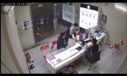 Chủ cửa hàng điện thoại ở Sài Gòn bất ngờ bị chém
