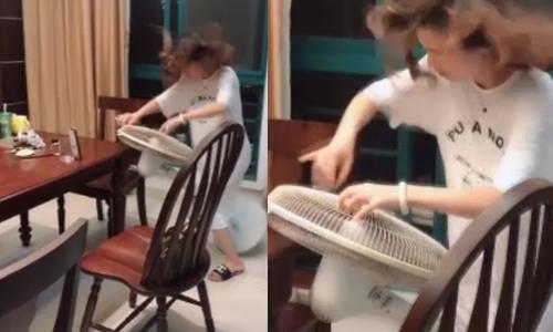 Cô gái trổ tài đánh đàn bằng quạt máy