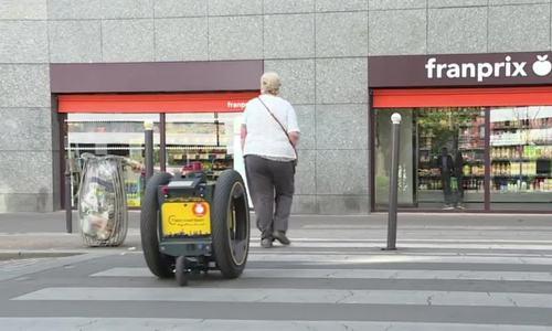 Robot giúp người già, khuyết tật mang hàng hóa khi mua sắm