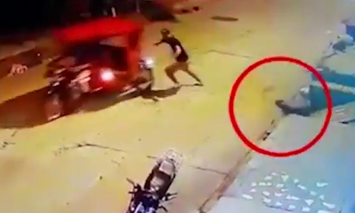 Tên trộm xe máy bị chó rượt chạy chối chết