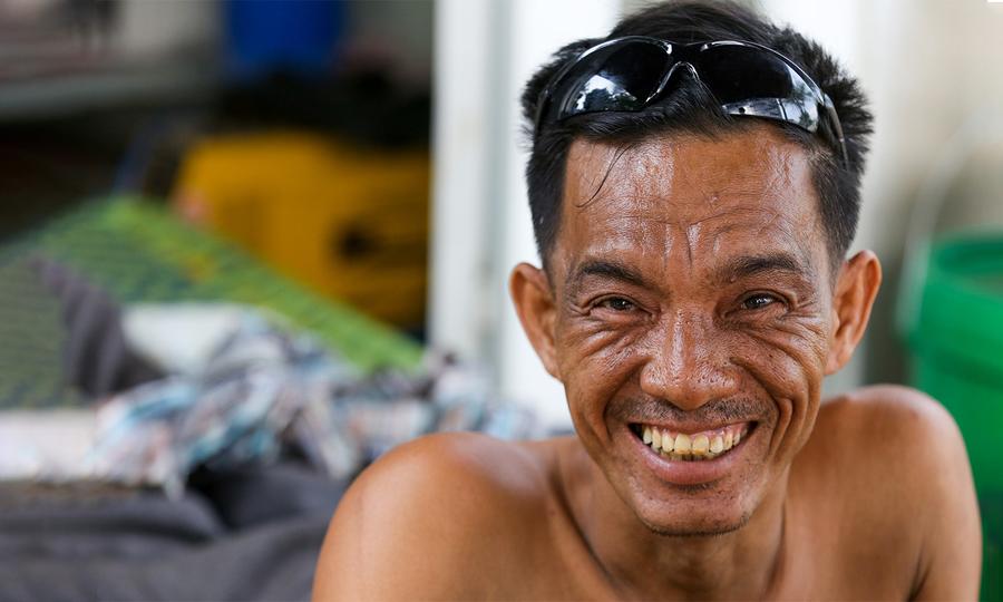 Người đàn ông  liệt nửa người sửa xe, lái máy xúc  ở Bình Dương