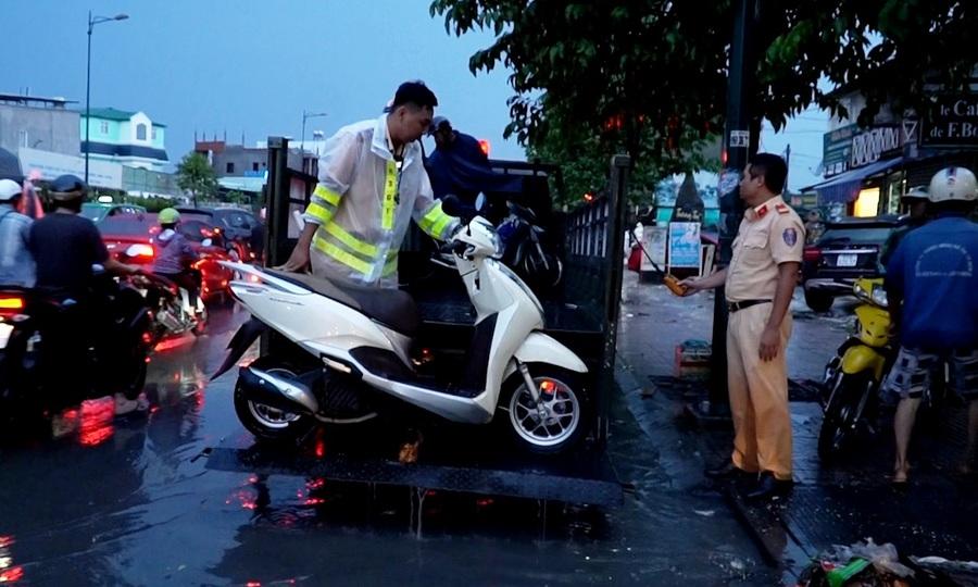 CSGT ở Sài Gòn dùng xe chuyên dụng đưa người dân qua đường ngập
