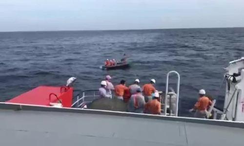 2 thi thể thuyền viên nơi tàu cá Nghệ An bị đâm chìm được đưa vào bờ