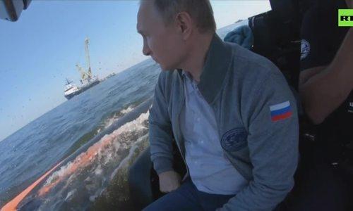 Putin xuống đáy biển thăm xác tàu ngầm