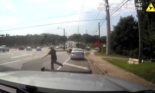Cảnh sát Mỹ bị quái xế hất văng trên cao tốc - ảnh 1