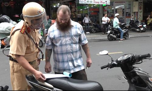 Người nước ngoài bỏ xe máy khi bị CSGT TP HCM xử phạt
