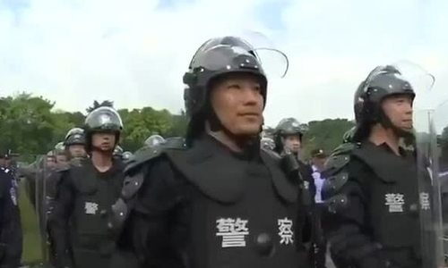 Cảnh sát Trung Quốc diễn tập chống bạo động gần Hong Kong - ảnh 2