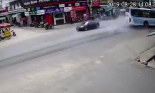 Ôtô khách tông vào nhà dân