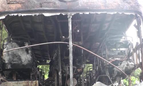 Xe khách cháy rụi khi dừng sửa chữa bên đường