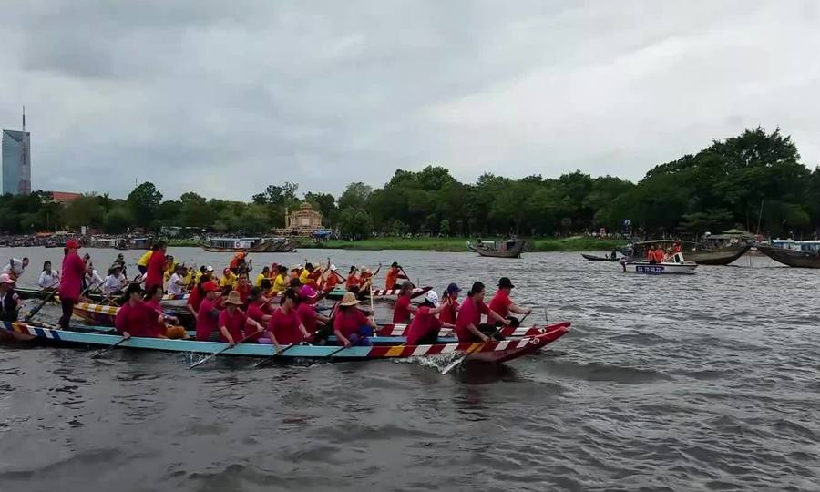 Đua ghe trên sông Hương
