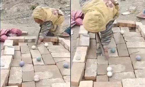 Trò chơi bida độc đáo của trẻ em nông thôn