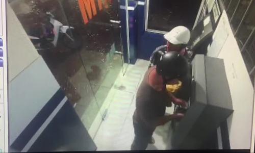 Nhóm người Trung Quốc đánh cắp dữ liệu thẻ ATM - ảnh 1