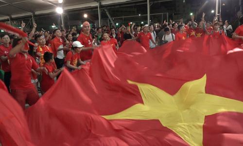 CĐV ăn mừng bàn thắng của Quang Hải