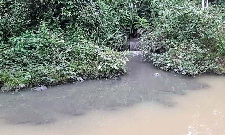 Nguồn nước bẩn chảy vào hồ nước sạch Sông Đà