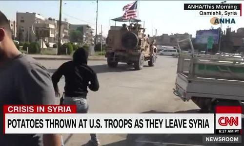 Người Kurd ném khoai vào đoàn xe thiết giáp Mỹ - ảnh 1