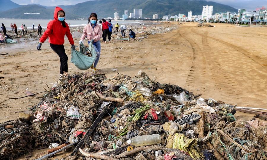 Hàng trăm người dọn rác ở biển Quy Nhơn sau bão Matmo