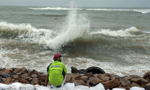 Sóng cao gần 6 m, người dân gia cố bờ biển - ảnh 1